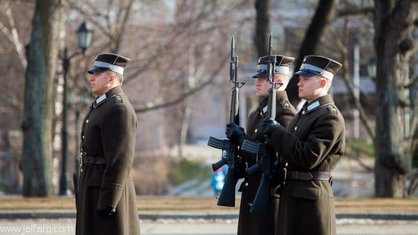 Soldados frente al monumento a la Libertad en Riga
